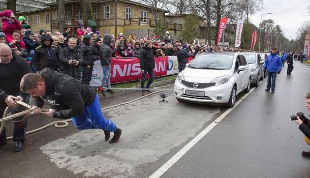 Nissan ayuda al hombre más fuerte del mundo a batir un récord Guinness