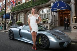 Maria Sharapova llegó a la fiesta del Pre Wimbledon en un Porsche 918 Spyder