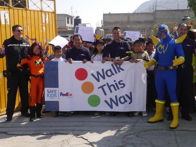 FedEx y Safe Kids caminando juntos a la escuela