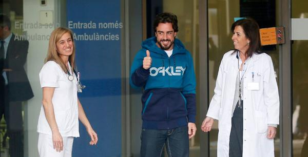 Alonso abandona el hospital