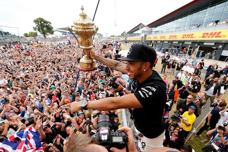 Hamilton consigue una excelente victoria en casa