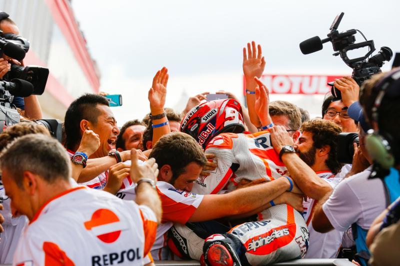 Márquez gana y Rossi consigue subir al podio tras la caída de las Ducatis