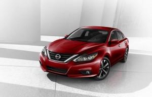 El nuevo Nissan Altima 2017 incorpora uno de los cambios de imagen de mitad de ciclo más importantes en la historia de la compañía.