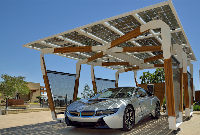 Cuando el futuro es hoy… BMW ya muestra la carga de autos eléctricos con energía solar. Foto: cortesía de BMW.