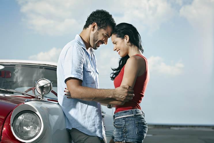 Tener un auto, lucir maduro y vestir de rojo son las formas de ser atractivo para las mujeres, según la ciencia