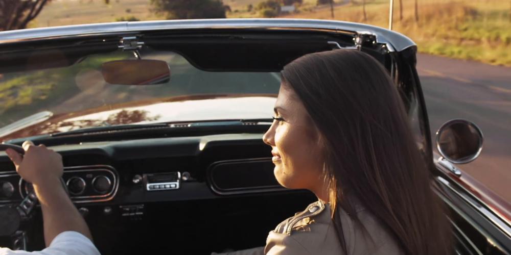 Hombres que conducen autos de color negro son más atractivos, según este estudio