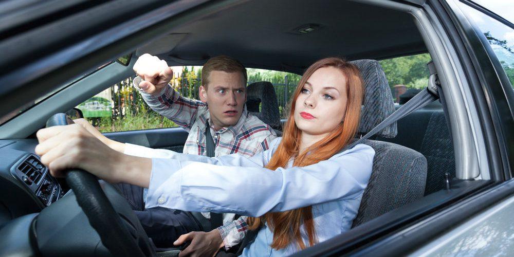 Llevar a una persona negativa de copiloto puede provocar accidentes