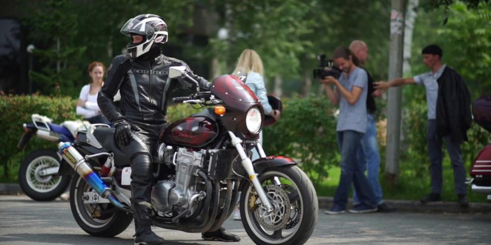 Evita caer en baches con la moto siguiendo estos consejos