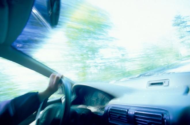 ¿Cómo reducir el molesto reflejo del parabrisas al conducir?