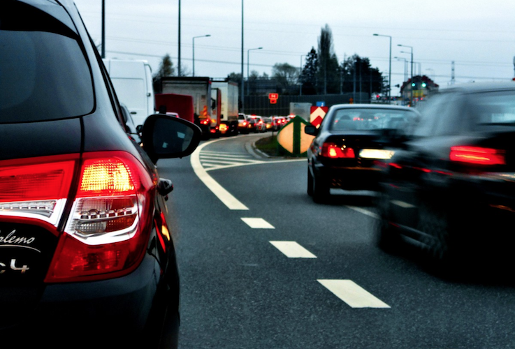 ¿Debemos dejar pasar a los autos que se quieren meter a la fila?
