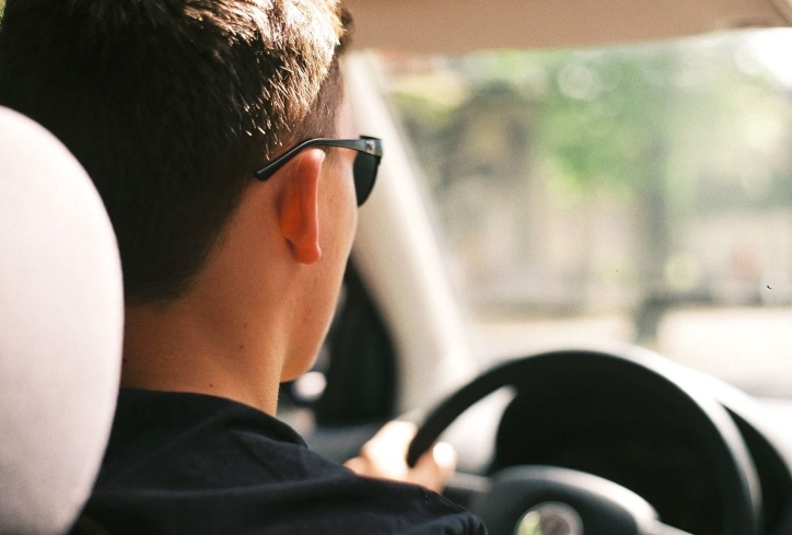 Encuesta revela qué autos conducen los hombres y mujeres más atractivos