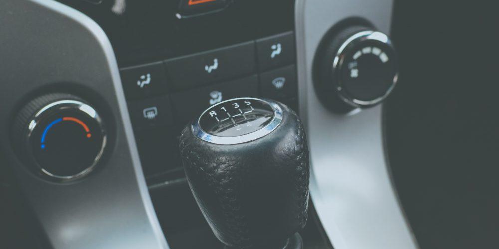 Malos hábitos que debes evitar al conducir autos con transmisión manual