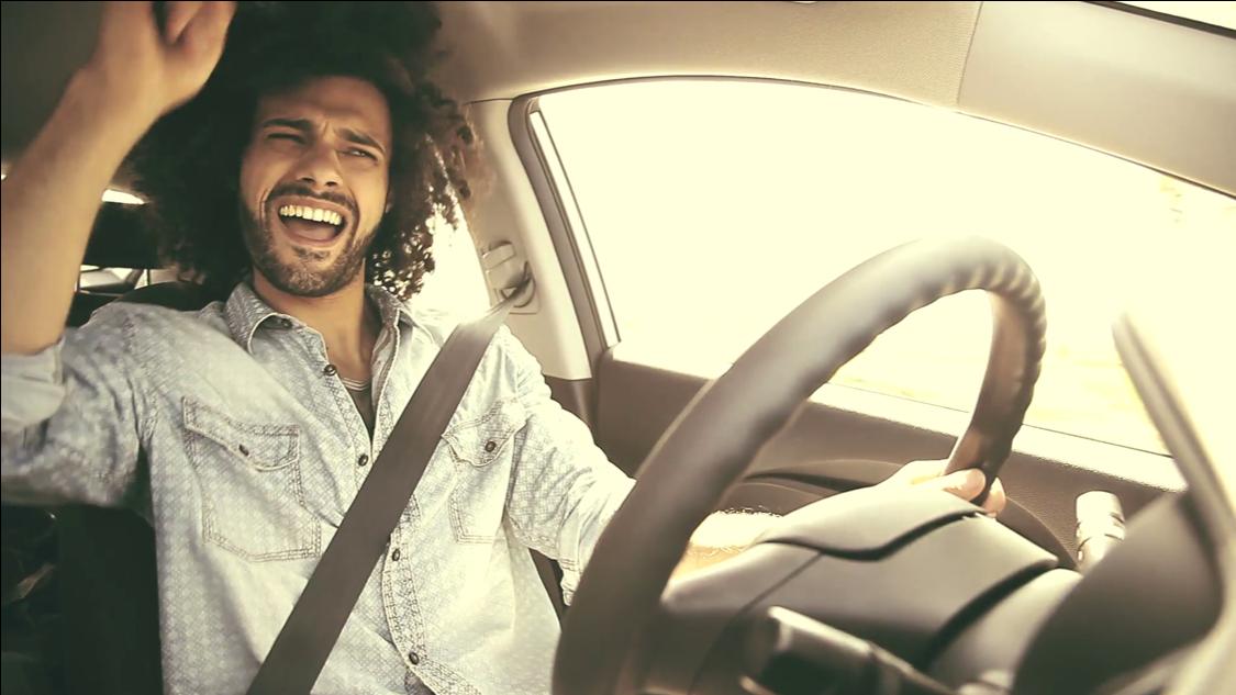 cantar en el auto