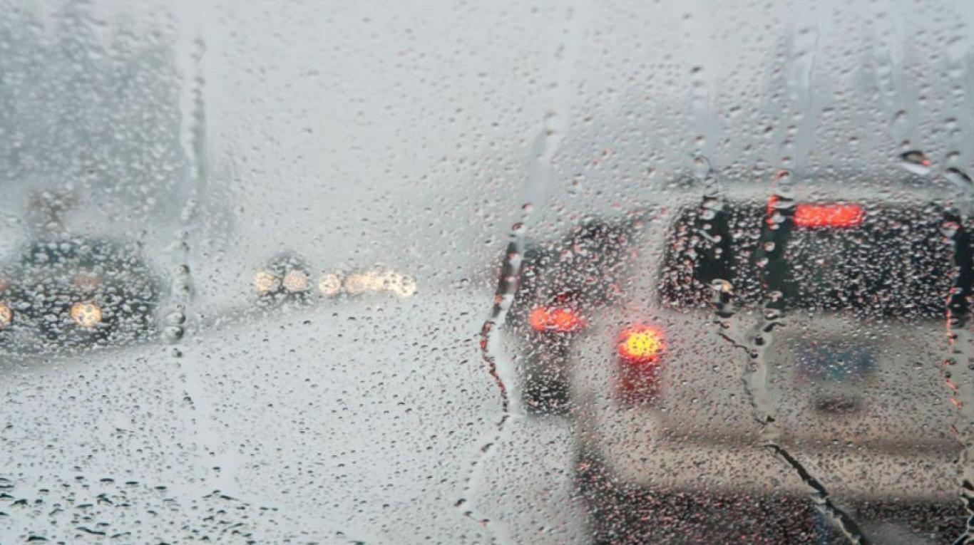 Con la lluvia, evita hacer esto mientras manejas