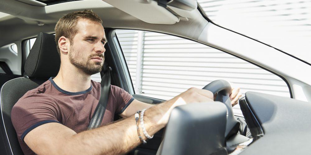 Evita conducir triste, puede ser más peligroso que manejar borracho