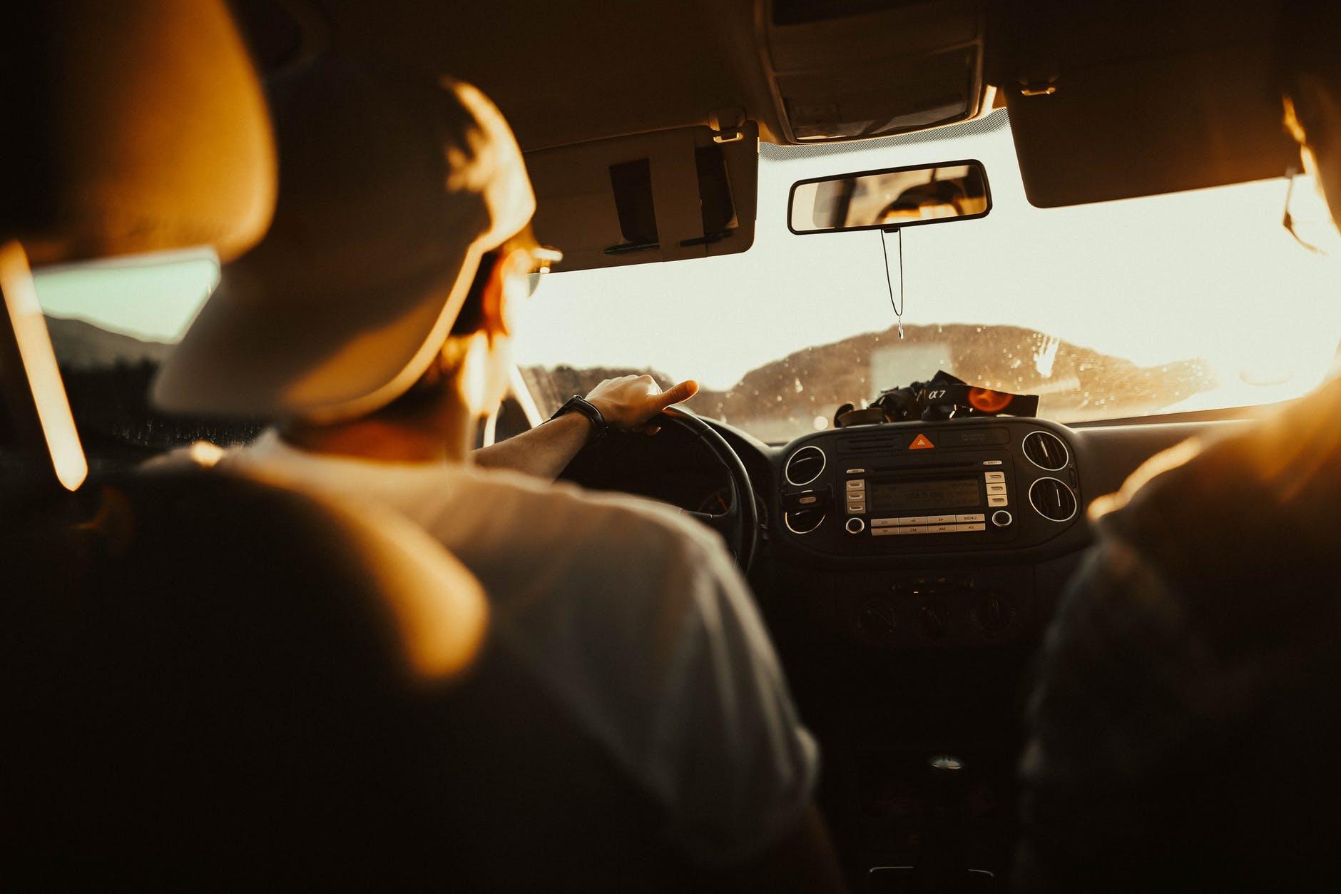 Malos hábitos al manejar que pueden dañar tu auto