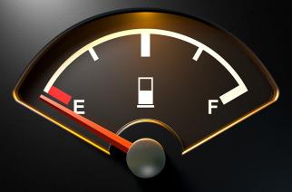 Razones por las que nunca debes manejar con la reserva de gasolina