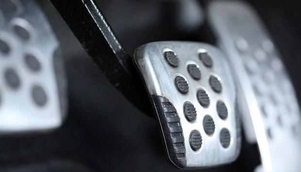 ¿Por qué la gente confunde el pedal del freno con el del acelerador?