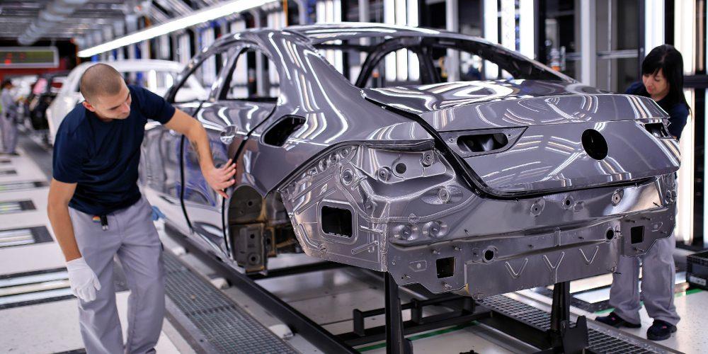 Mercedes-Benz startet Produktion des neuen CLA Coupés in Kecskemét: Qualitätskontrolle der Karosserie nach der Lackierung.   Mercedes-Benz starts production of the new CLA Coupé in Kecskemét: Quality control of the body after painting.