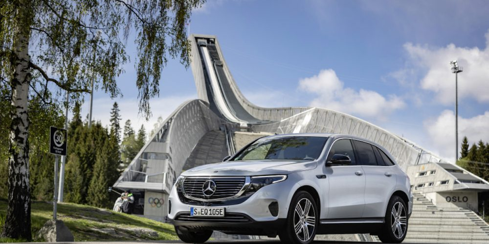 EQC 400 4MATIC; hightechsilber metallic; Ledernachbildung ARTICO / Stoff Sunnyvale zweifarbig indigoblau / schwarz;Stromverbrauch kombiniert: 20,8 – 19,7 kWh/100 km; CO2-Emissionen kombiniert: 0 g/km* ; *Stromverbrauch und Reichweite wurden auf der Grundlage der VO 692/2008/EG ermittelt. Stromverbrauch und Reichweite sind abhängig von der Fahrzeugkonfiguration  EQC 400 4MATIC; high tech silver metallic; Two-tone ARTICO man-made leather  / Sunnyvale fabric indigo blue / black;Combined electric energy consumption: 20.8 - 19.7 kWh/100 km; combined CO2 emissions: 0 g/km* ; *Electric energy consumption and range have been determined on the basis of Regulation (EC) No. 692/2008. Electric energy consumption and range depend on the vehicle configuration