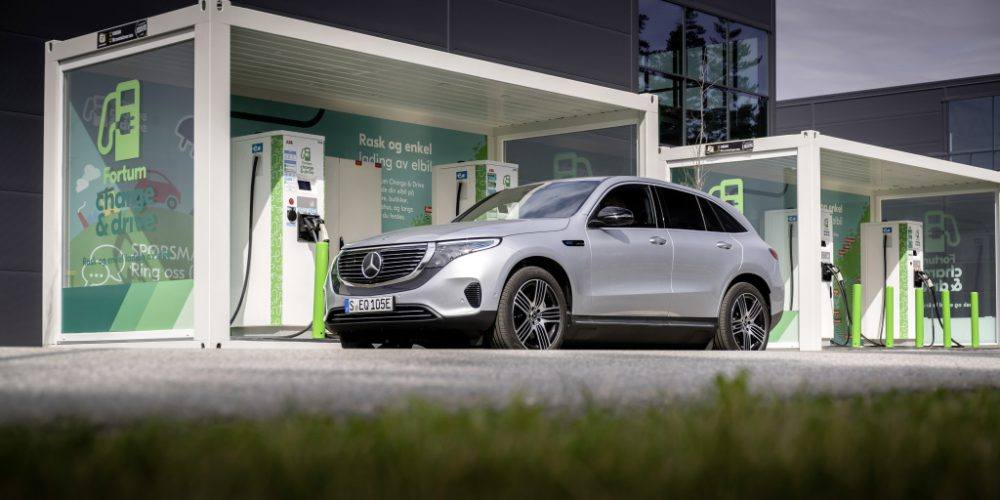 EQC 400 4MATIC; hightechsilber metallic; Ledernachbildung ARTICO / Stoff Sunnyvale zweifarbig indigoblau / schwarz;Stromverbrauch kombiniert: 20,8 – 19,7 kWh/100 km; CO2-Emissionen kombiniert: 0 g/km* ; *Stromverbrauch und Reichweite wurden auf der Grundlage der VO 692/2008/EG ermittelt. Stromverbrauch und Reichweite sind abhängig von der Fahrzeugkonfiguration