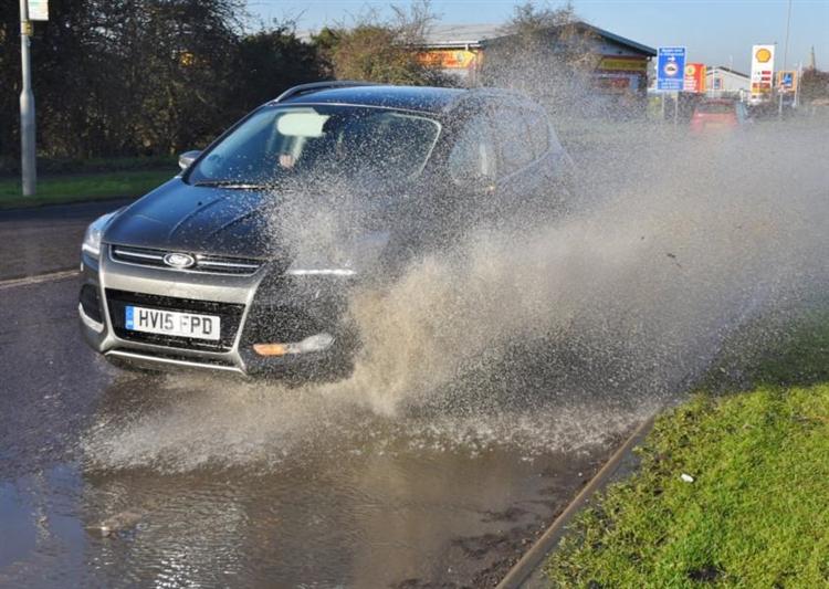 ¿Época de lluvias? Evita que el auto acumule lodo debajo