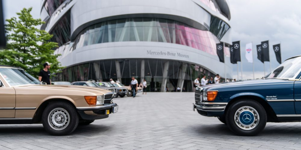 Cars & Coffee, das markenoffene Klassikertreffen am Mercedes-Benz Museum. Für Drinks und Snacks sorgt die Sommerlounge. Foto aus dem Jahr 2017. Cars & Coffee, the meet for all makes of classic car at the Mercedes-Benz Museum. A variety of drinks and snacks are available at the Summer Lounge. Photo from 2017.