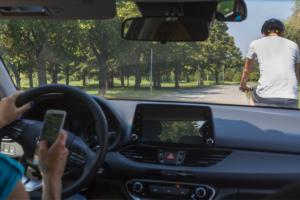 Por qué no debes usar el celular mientras manejas