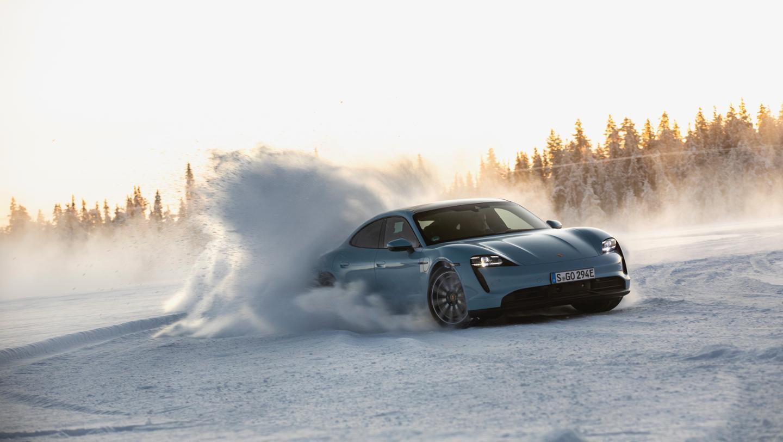 Porsche Taycan demuestra sus habilidades sobre hielo