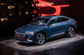 Audi e-tron Sportback y cuatro deportivos  The displayed vehicle shows optional equipment at extra charge. Individual equipment will be available at a later date.