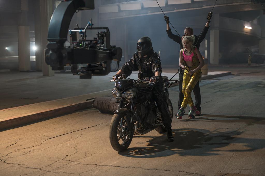 Triumph Street Triple RS a escena con Harley Quinn