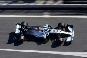 Mercedes el más rápido y Ferrari rompe el motor
