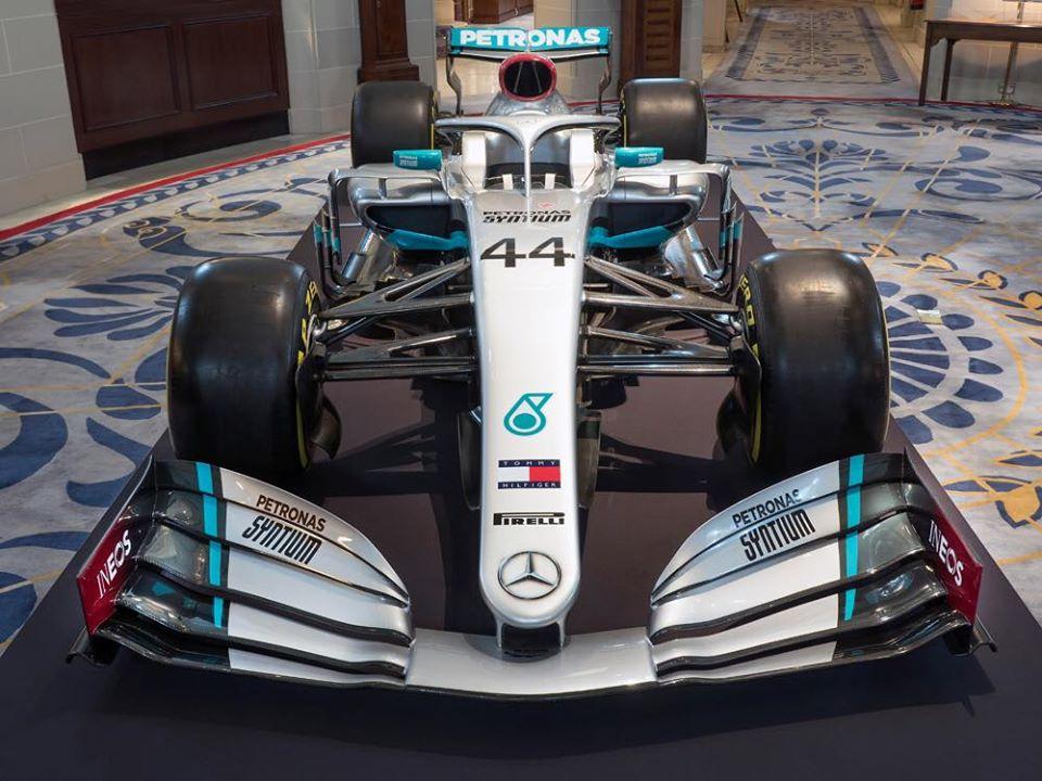 Mercedes tiñe de rojo su nuevo monoplaza