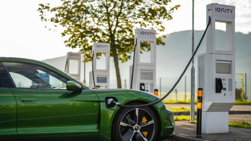 Porsche alcanza más de mil puntos de carga para eléctricos