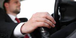 Razones por las que manejar un auto estándar es mejor