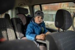 Por qué los niños no deben viajar en el asiento delantero