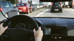 Mantén la sana distancia también al manejar