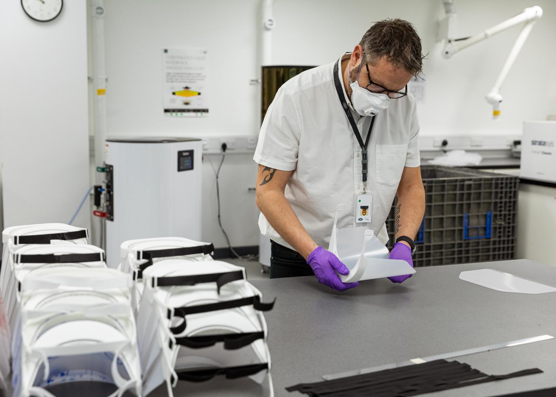Jaguar y Land Rover entregan viseras impresas en 3D para apoyar la lucha contra el coronavirus
