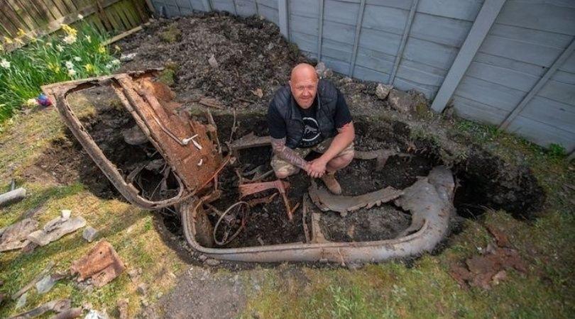 Decidió hacer limpieza en su jardín y se encontró un auto enterrado