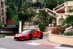 Leclerc por las calles de Mónaco en un Ferrari SF90 Stradale