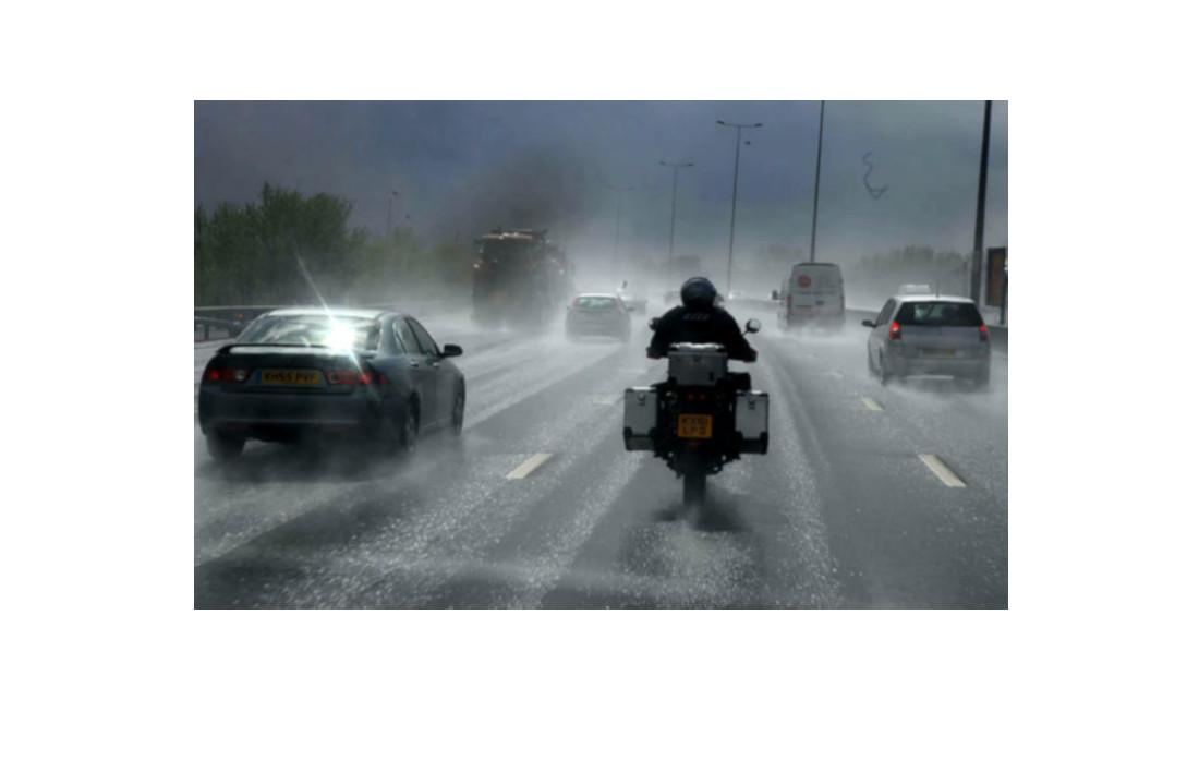 ¿Cómo viajar en motocicleta bajo la lluvia?