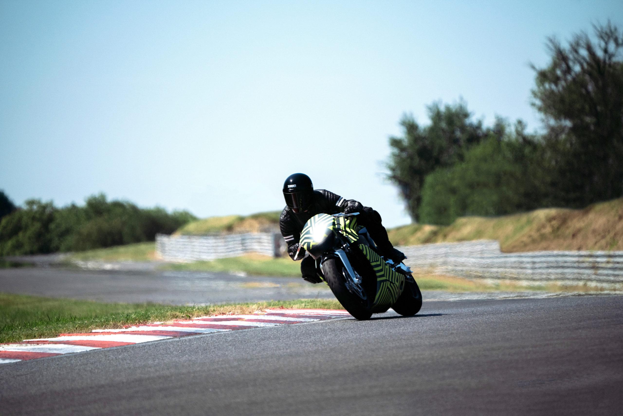 Aston Martin probó su primera motocicleta en circuito