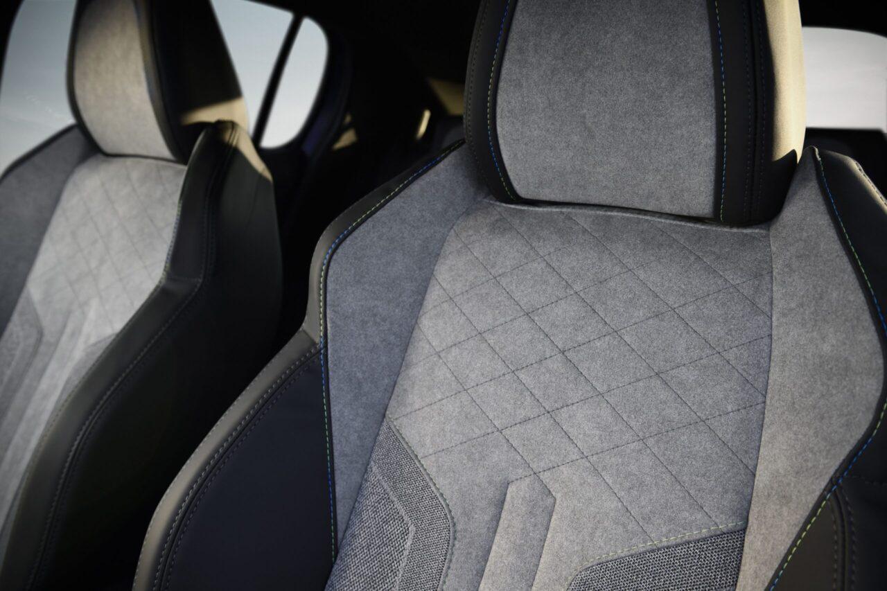 Los asientos del auto encierran mucho más bajo su tapicería