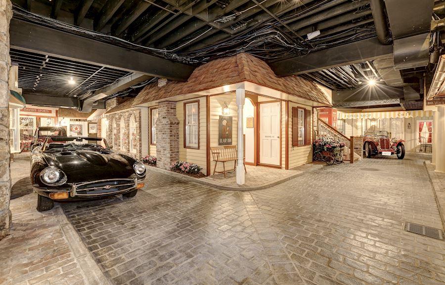 Mansión ofrece un sótano con calles empedradas, autos clásicos y una moto retro