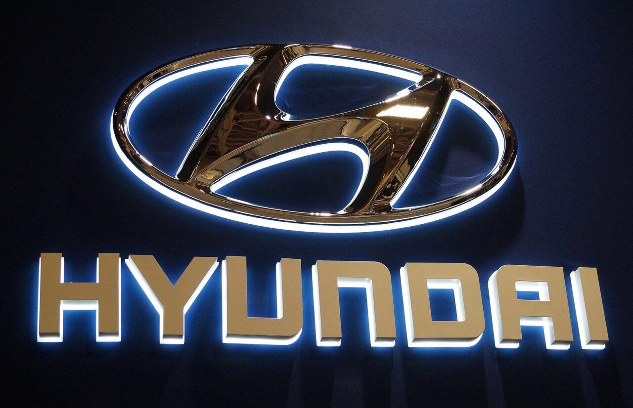 El logotipo de Hyundai tiene a dos personas en su diseño ¿lo crees?