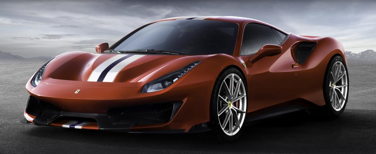 El Ferrari que posa con el cantante Christian Nodal