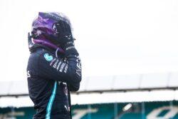 Hamilton gana en Silverstone con un neumático pinchado