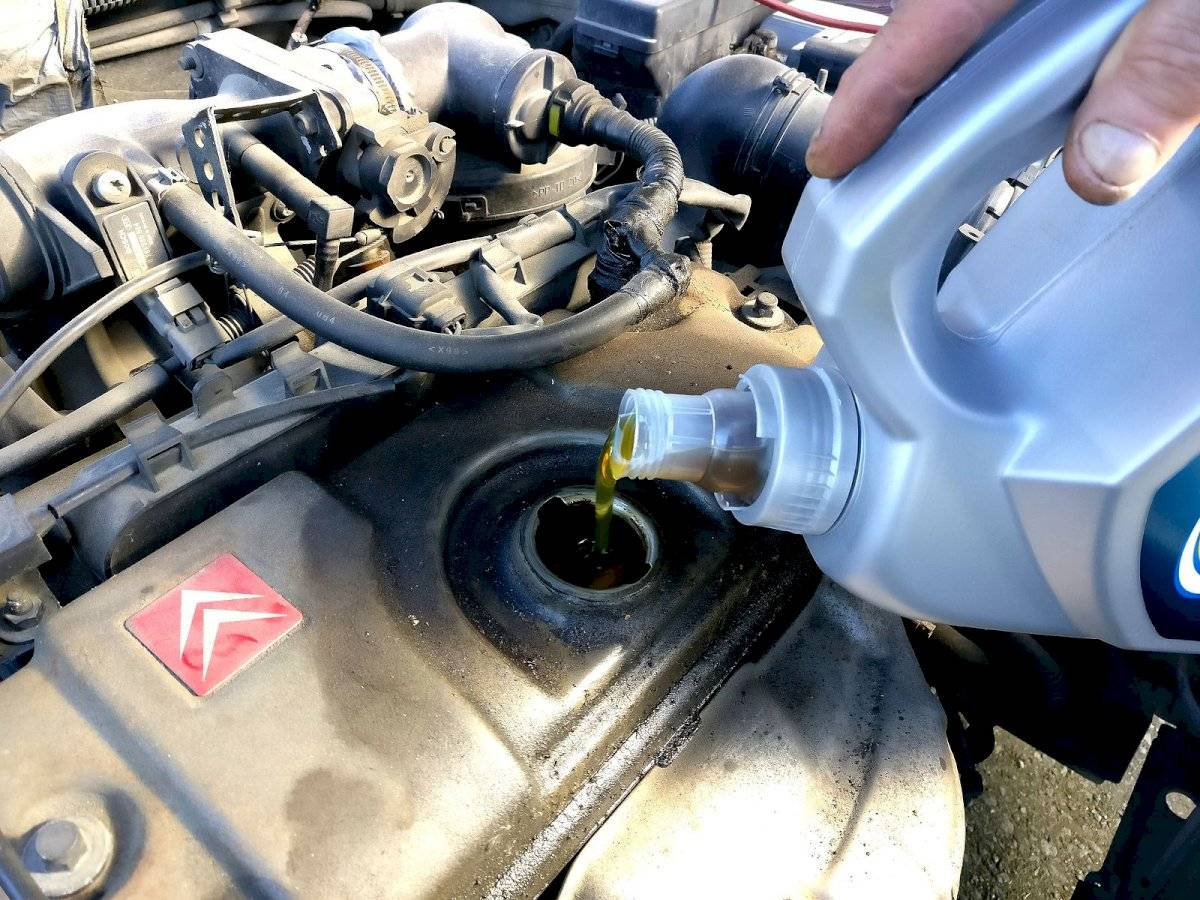 ¿Cuál es la forma correcta de verter el aceite del auto?