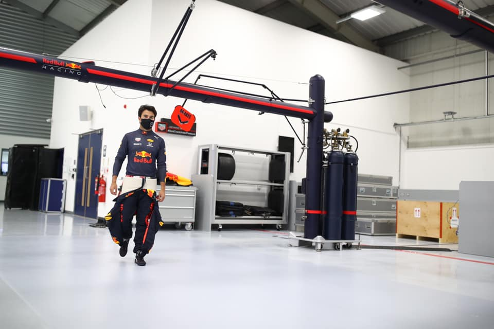 Sergio Pérez ya viste con los colores de Red Bull Racing