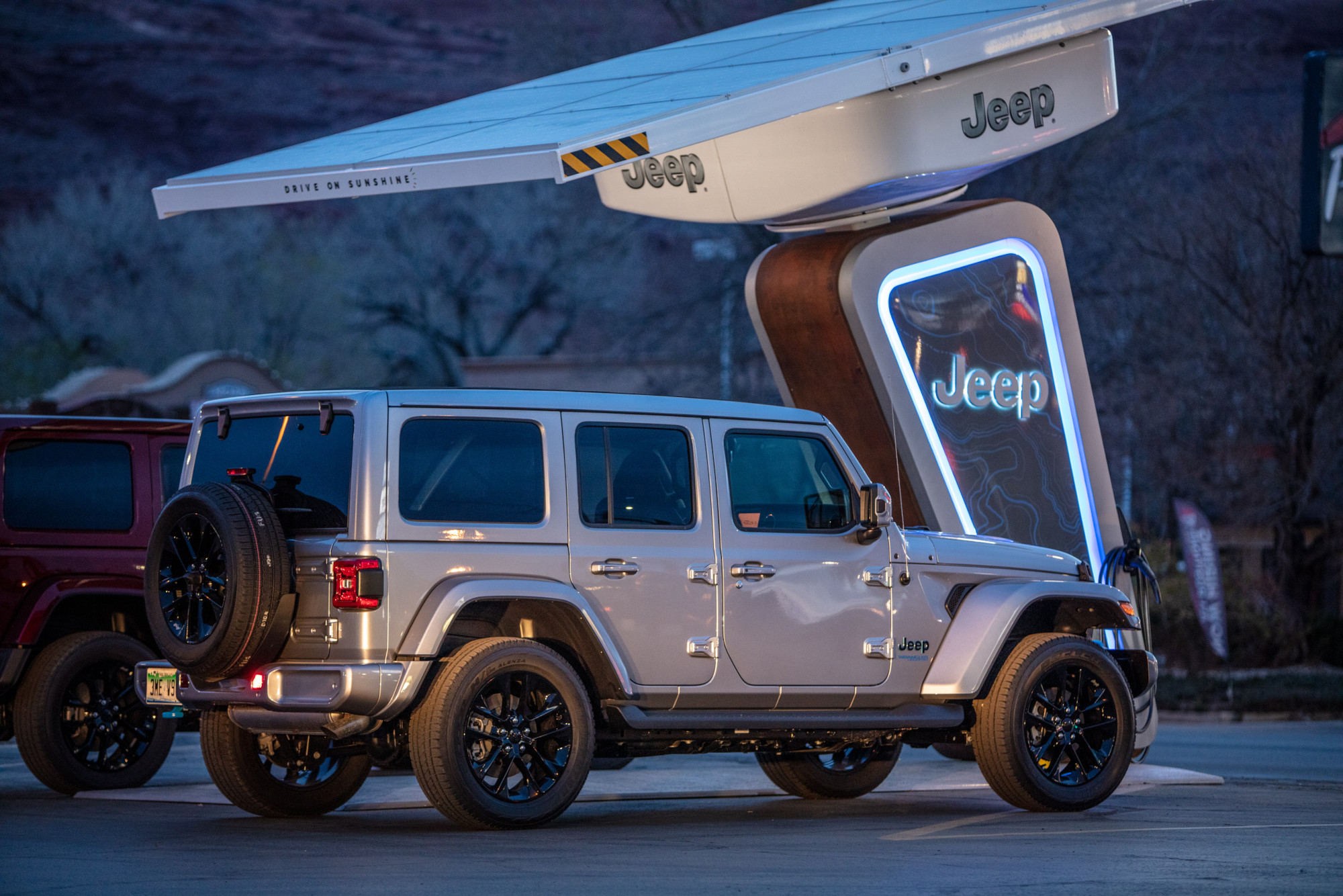 Jeep instala cargadores en rutas off-road